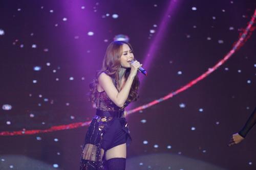 Đang diễn sung, Minh Hằng gặp sự cố trang phục khiến fan cười ồ - 6