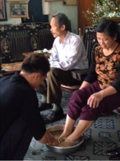 Ở ngoài sang chảnh, mỹ nhân Việt về nhà vẫn rửa chân, đút ăn cho mẹ - 5