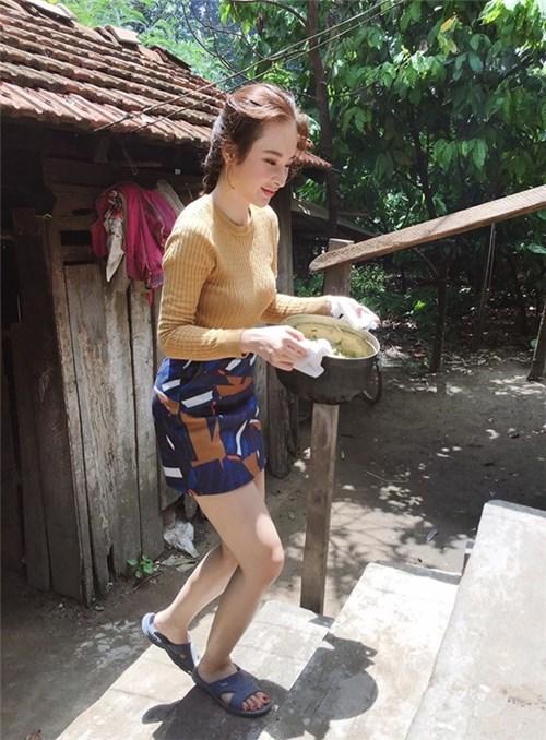 Ở ngoài sang chảnh, mỹ nhân Việt về nhà vẫn rửa chân, đút ăn cho mẹ - 9