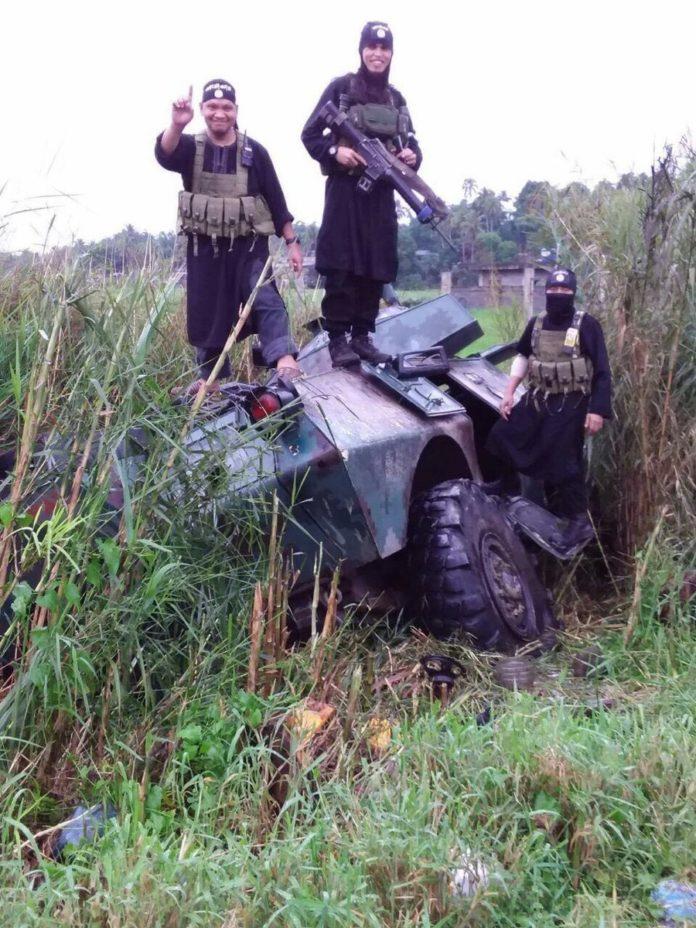 Video: Binh sĩ Philippines rút chạy hàng loạt vì xạ thủ IS - 1