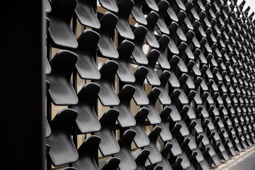 ĐỘC: Gắn 900 ghế nhựa để trang trí tường nhà - 2