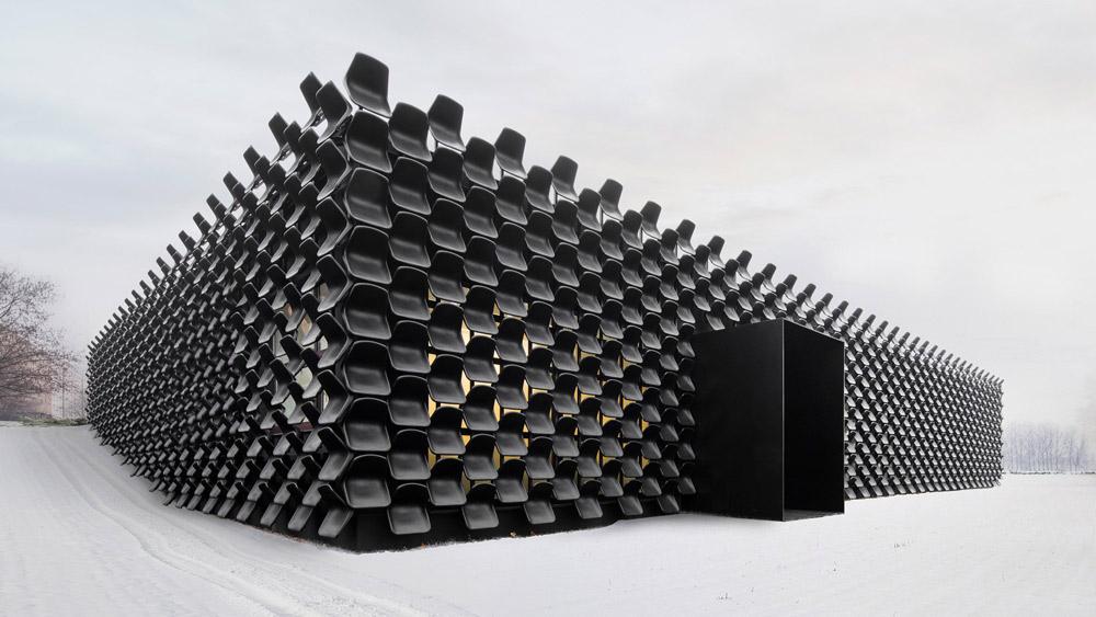 ĐỘC: Gắn 900 ghế nhựa để trang trí tường nhà - 1