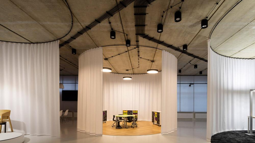 ĐỘC: Gắn 900 ghế nhựa để trang trí tường nhà - 5