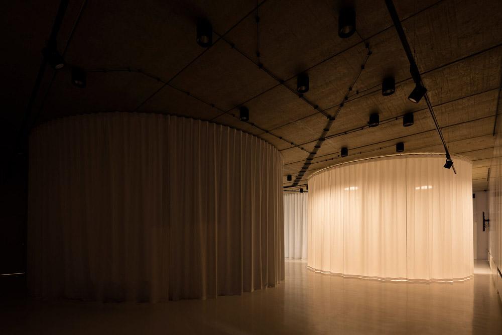 ĐỘC: Gắn 900 ghế nhựa để trang trí tường nhà - 6