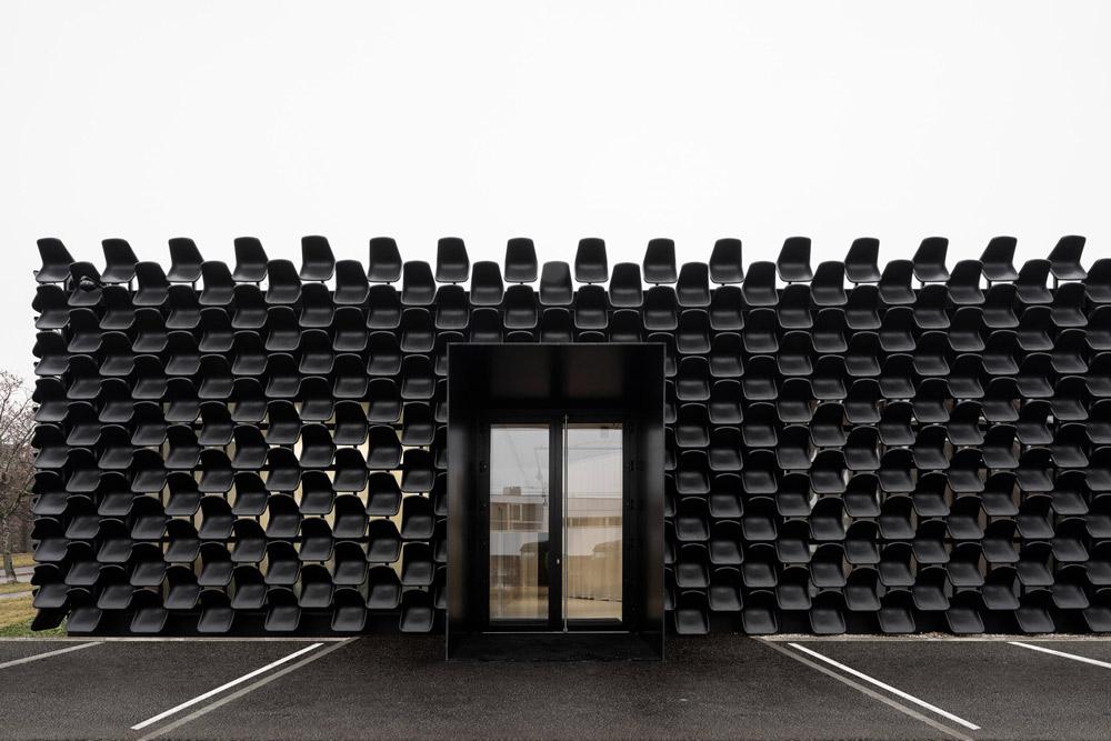 ĐỘC: Gắn 900 ghế nhựa để trang trí tường nhà - 3