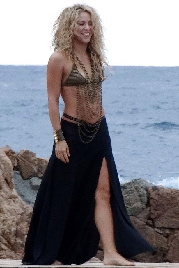 """Vợ chưa cưới của trung vệ Barcelona mặc bikini """"bốc lửa"""" - 11"""