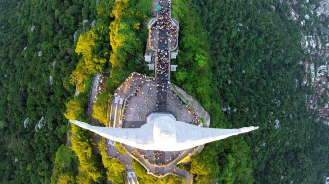 Vẻ hùng vĩ của tượng Chúa Kitô Cứu Thế ở thành phố Rio de Janeiro, Brazil.