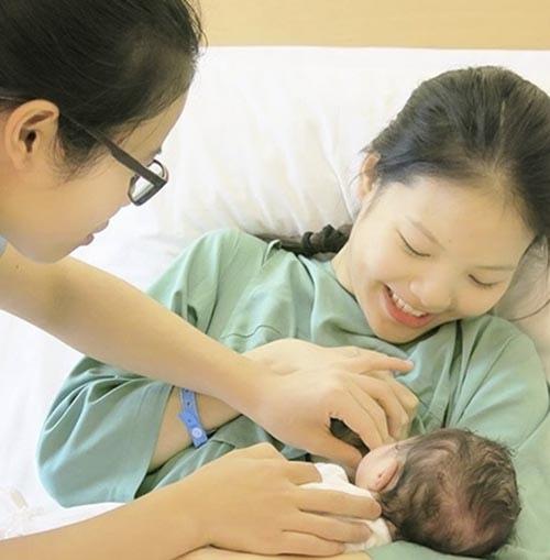 Choáng với nhan sắc vợ trẻ kém 20 tuổi của Chí Anh sau khi sinh con - 2