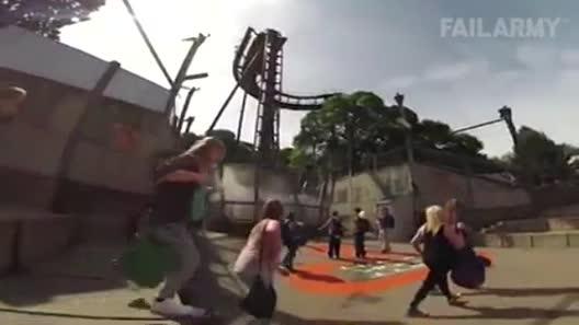 """Clip hài: Cảm xúc """"trái chiều"""" khi vào công viên"""