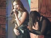 Ca nhạc - MTV - Đang diễn sung, Minh Hằng gặp sự cố trang phục khiến fan cười ồ