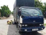Tin tức trong ngày - Giải cứu 2 cô gái lọt gầm xe tải sau va chạm cực mạnh