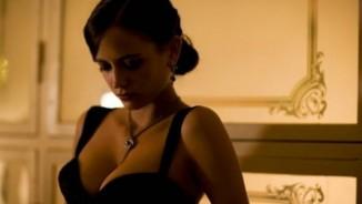 """007 """"mất tập trung"""" vì các Bond girl mặc quá khiêu khích"""