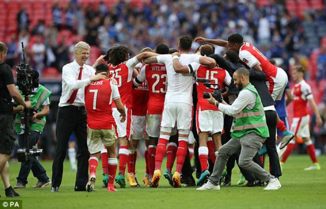 Wenger rạng ngời đi vào sử sách FA cup, ở lại Arsenal 2 năm - 10