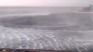 Kinh hãi xoáy nước khổng lồ ngay sát bờ biển