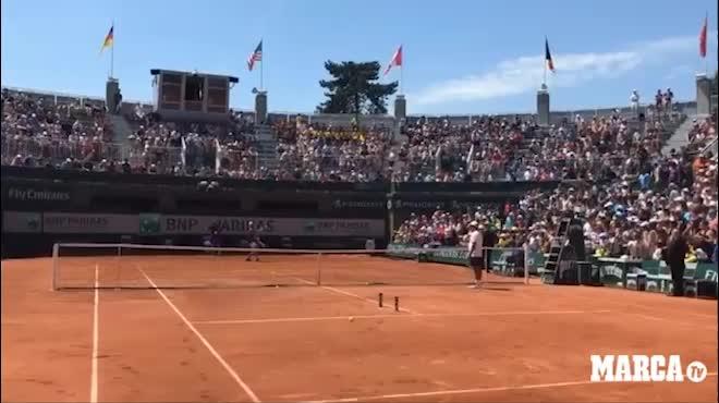 Nadal nghệ nhân giao bóng: Một lần giao hạ 2 lon nước