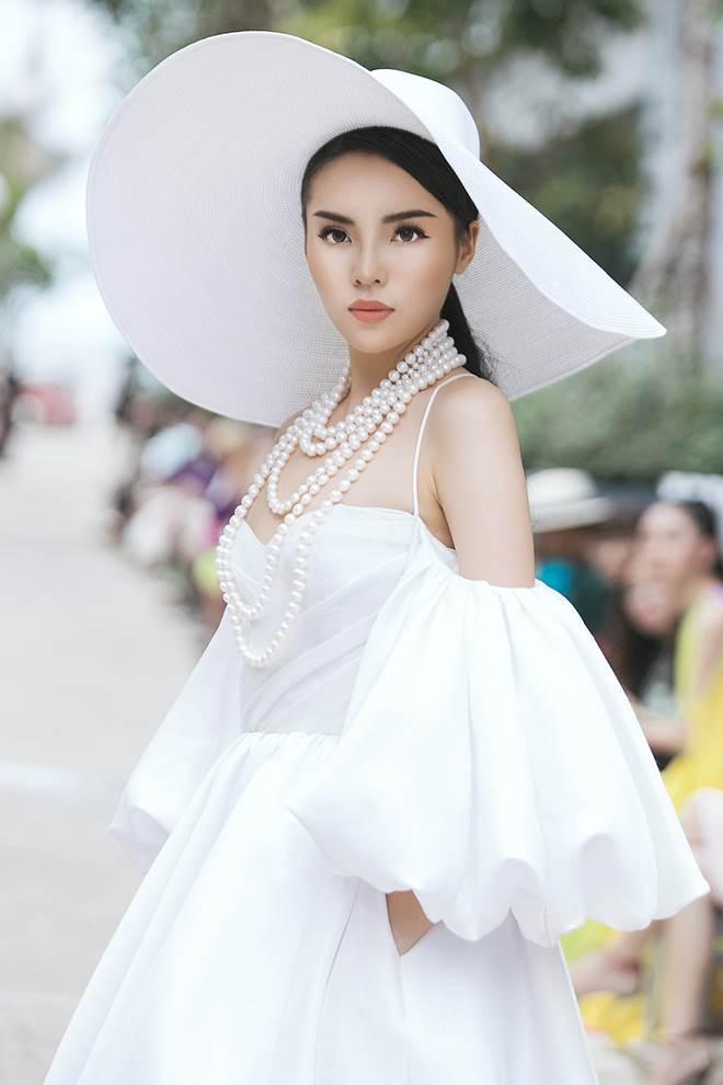 """HH Kỳ Duyên, Mỹ Linh khoe vai trần, """"so kè"""" độ gợi cảm - 1"""