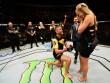 """Bạn gái xinh đẹp """"tặng quà"""", võ sĩ UFC cầu hôn ngay trên sàn đấu"""