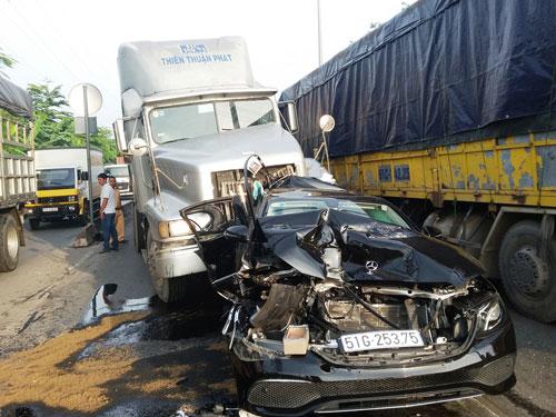 Mercedes bị vò nát, ép chặt giữa hai container khi dừng đèn đỏ - 1