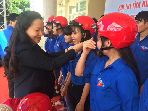Honda Việt Nam trao tặng mũ bảo hiểm cho đoàn viên thanh niên tỉnh Đắk Lắk - 2
