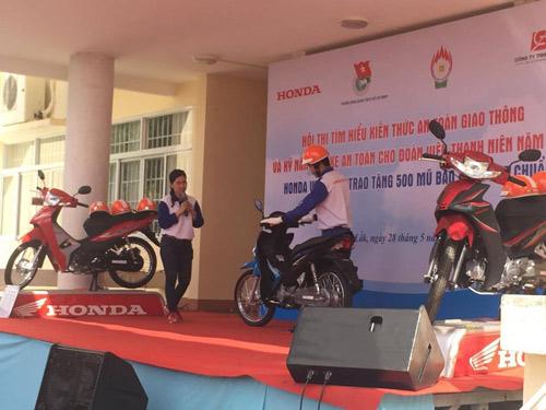 Honda Việt Nam trao tặng mũ bảo hiểm cho đoàn viên thanh niên tỉnh Đắk Lắk - 4