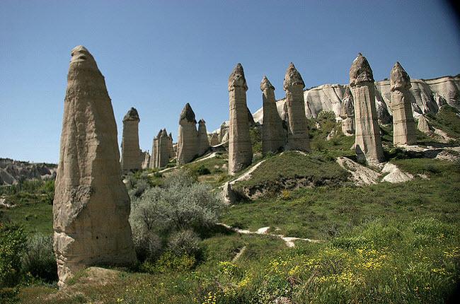 Những cột đá có hình thù kỳ dị giữa thung lũng tình yêu ở Ireland - 4