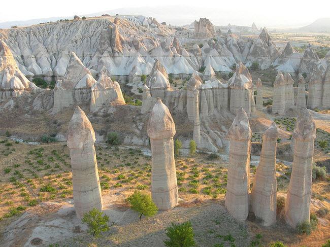 Những cột đá có hình thù kỳ dị giữa thung lũng tình yêu ở Ireland - 6