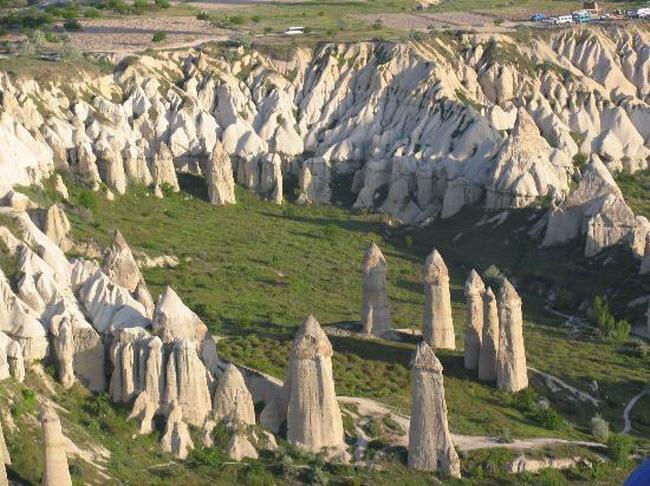 Những cột đá có hình thù kỳ dị giữa thung lũng tình yêu ở Ireland - 7