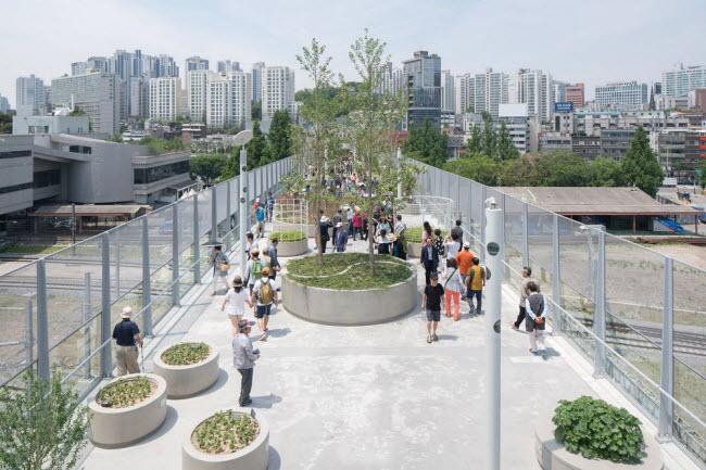 Cầu vượt bỏ không hóa khu vườn trên cao đẹp lạ ở Hàn Quốc - 5