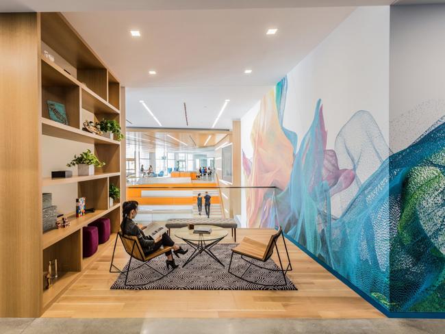 Phòng khách của Adobe nhìn ra ban công.