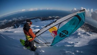 Tròn mắt xem chàng trai liều lĩnh lướt ván buồm trên núi tuyết cao