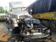 Mercedes bị vò nát, ép chặt giữa hai container khi dừng đèn đỏ