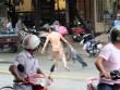 """Người đàn ông không mảnh vải che thân """"làm loạn"""" trên phố SG"""