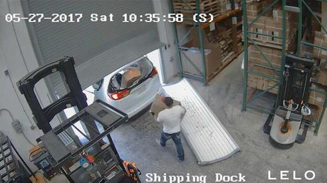 Trộm đột nhập ăn cắp... 3 vạn chiếc bao cao su - 1