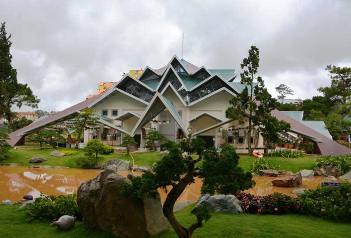"""Clip: """"Ngôi nhà bí ẩn"""" 132 mái hút hồn du khách ở Đà Lạt - 1"""