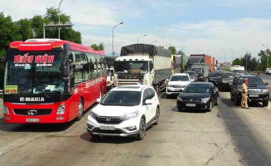 """Hàng chục ô tô """"vây"""" trạm thu phí Quán Hàu gây ách tắc giao thông - 1"""
