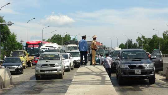 """Hàng chục ô tô """"vây"""" trạm thu phí Quán Hàu gây ách tắc giao thông - 2"""