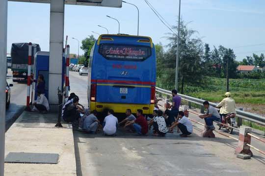 """Hàng chục ô tô """"vây"""" trạm thu phí Quán Hàu gây ách tắc giao thông - 4"""