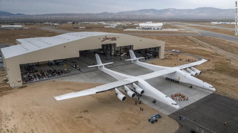 Máy bay lớn nhất thế giới lần đầu tiên lăn bánh - 1