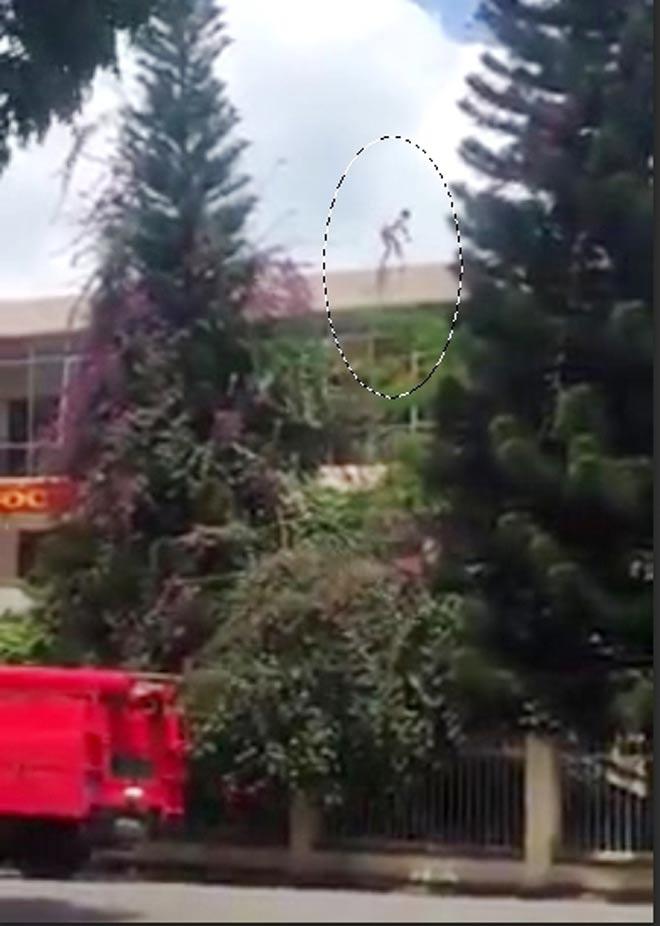 Thanh niên nhảy từ nóc trụ sở công an đã tử vong - 1