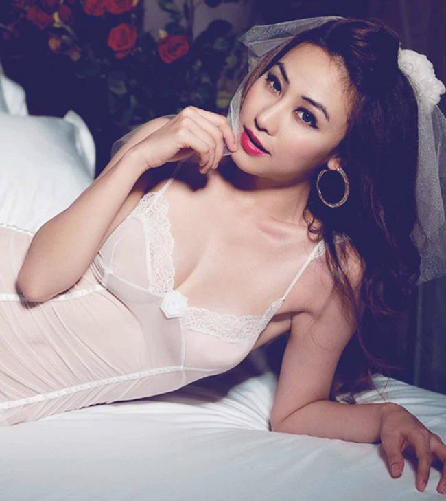 """Ngân Khánh được gọi là """"nàng tiên"""" của Hoài Linh kể từ sau khi đóng trong bộ phim Nhà có 5 nàng tiên của đạo diễnNSND Trần Ngọc Giàu."""