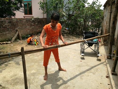 Xót xa cậu bé 4 tuổi làm trụ cột gia đình, chăm mẹ liệt hai chân - 4