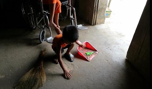 Kết quả hình ảnh cho Bé Hiếu mới 4 tuổi nhưng đã biết nhặt ra