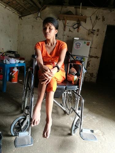 Xót xa cậu bé 4 tuổi làm trụ cột gia đình, chăm mẹ liệt hai chân - 2