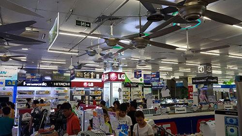 Nắng nóng 40 độ C, người dân đổ xô đến Trần Anh mua đồ… giảm nhiệt - 1