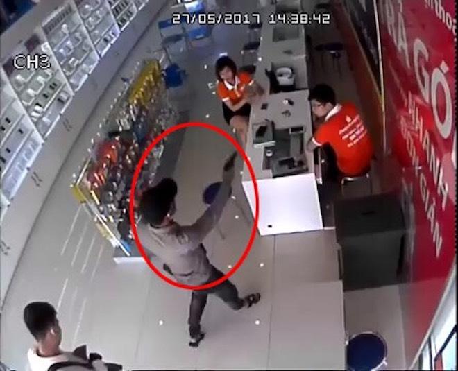 Lộ diện 2 thanh niên dùng súng cướp cửa hàng điện thoại - 1