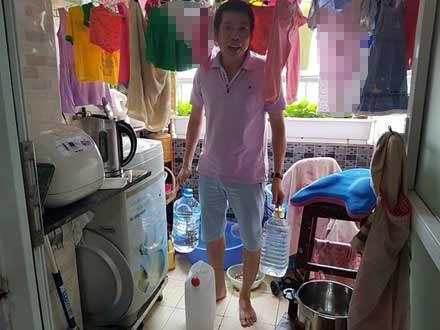 Nắng 40 độ, dân Hà Nội nghỉ làm ở nhà canh nước sinh hoạt - 1