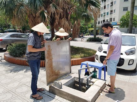 Nắng 40 độ, dân Hà Nội nghỉ làm ở nhà canh nước sinh hoạt - 4