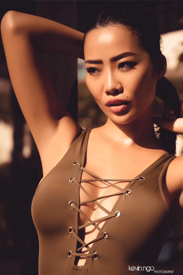 """Cô gái Việt nóng bỏng lộ ảnh ôm hôn đạo diễn """"Kong"""" trong quán bar là ai? - 6"""