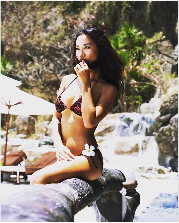 """Cô gái Việt nóng bỏng lộ ảnh ôm hôn đạo diễn """"Kong"""" trong quán bar là ai? - 8"""