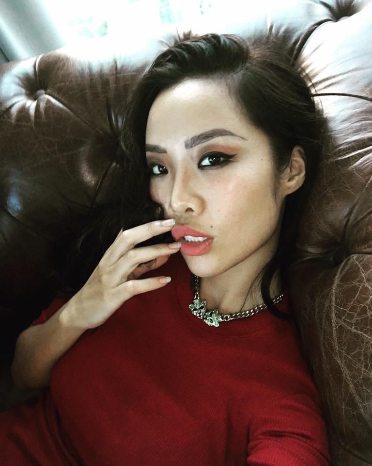 """Cô gái Việt nóng bỏng lộ ảnh ôm hôn đạo diễn """"Kong"""" trong quán bar là ai? - 15"""